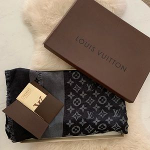 Louis Vuitton scarf 🖤